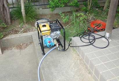 エンジン式高圧洗浄機を使用して排水管のつまりを取り除いていきます
