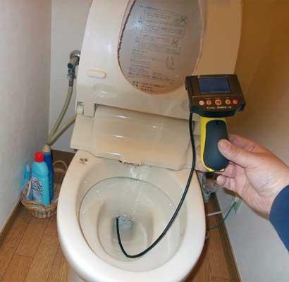 トイレの排水管に管内カメラ(ファイバースコープカメラ)を差し込み、管内をチェック