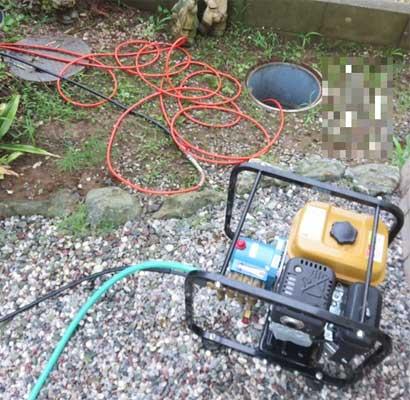 屋外にある排水マスを点検