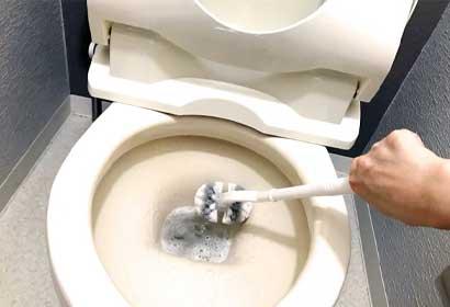 トイレ掃除ブラシの先端が折れてつまってしまった!