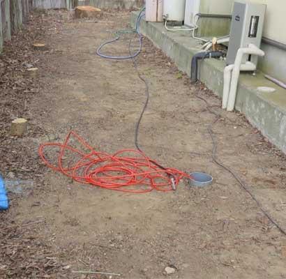 排水マスのフタを開けての高圧洗浄作業