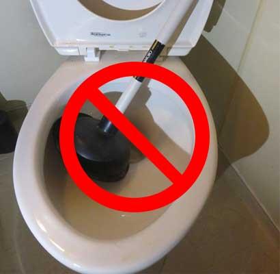 異物つまりにはラバーカップは使用しないでください!