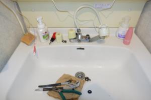 洗面所水栓修理中